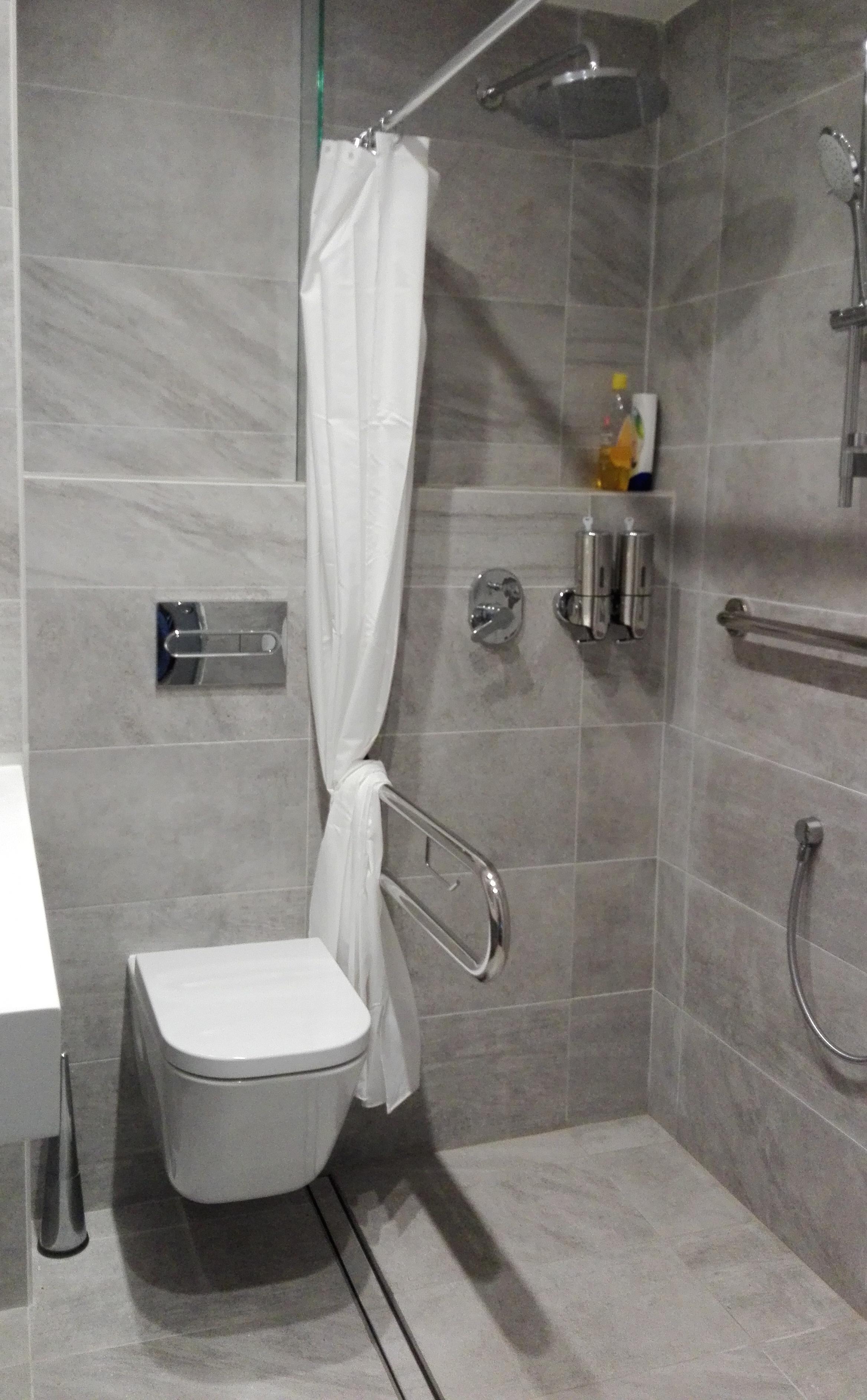 resultado final baño adaptado: funcionalidad y estética máximas