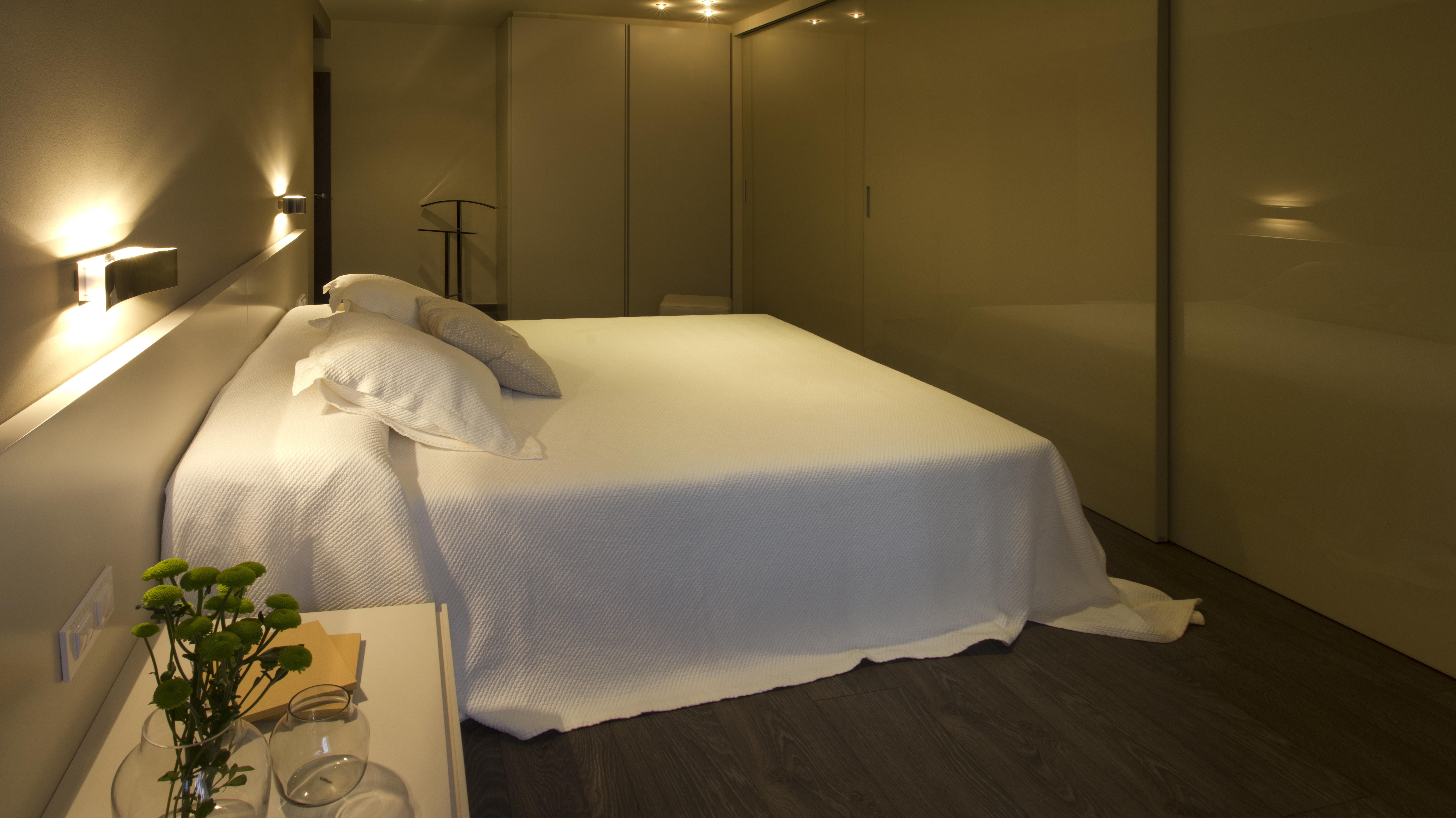 dormitorio principal con amplia zona de armarios