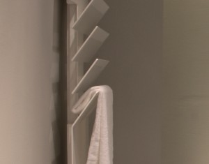 detalle radiador toallero en estudio show-room contemporanea interiorismo